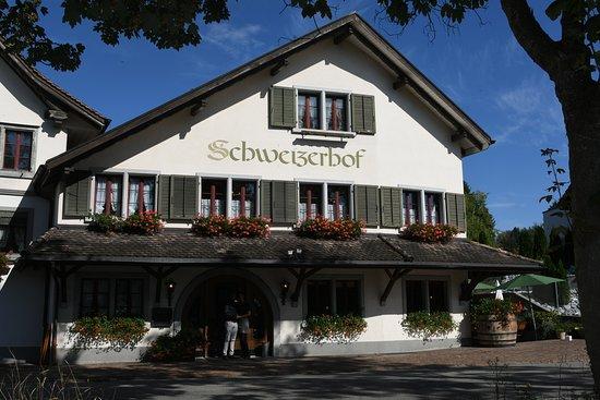 Duernten, Suíça: Aussenansicht vom Restaurant Schweizerhof
