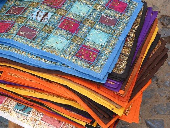 elegant place mats for sale シャウエン メディナ 旧市街 の写真