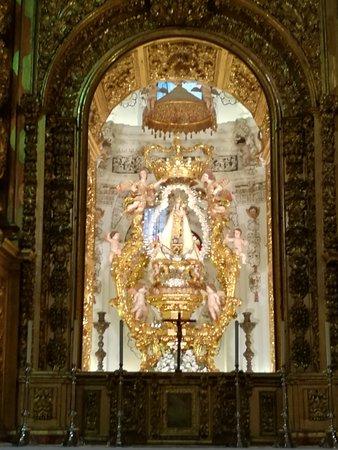 Los Remedios Convent : Virgen de los Remedios en el retablo mayor.