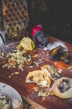 Jablonne v Podjestedi, สาธารณรัฐเช็ก: Tradiční kynuté povidlové koláčky s tvarohovou náplní a rozinkami.
