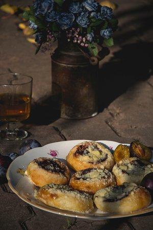 Jablonne v Podjestedi, République tchèque : Tradiční kynuté povidlové koláčky s tvarohovou náplní a rozinkami.