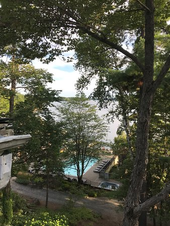 Muskoka District, Kanada: Lake and pool view from room 77