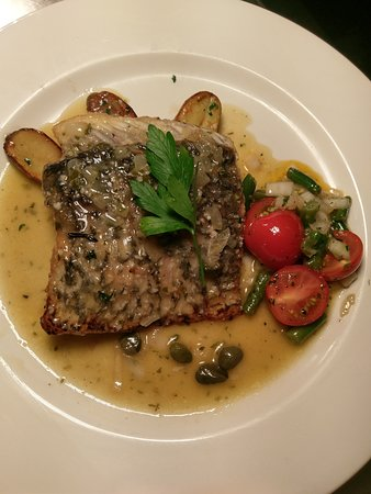 Wahroonga, Australië: Pan seared Barramundi w/lemon butter sauce, kipfler potatoes & cherry tomato & green bean salad