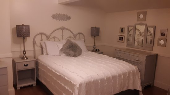Vernonia, OR: The Bees Knees room. Upstairs 1920s inspired room that includes queen bed, private bathroom, sat