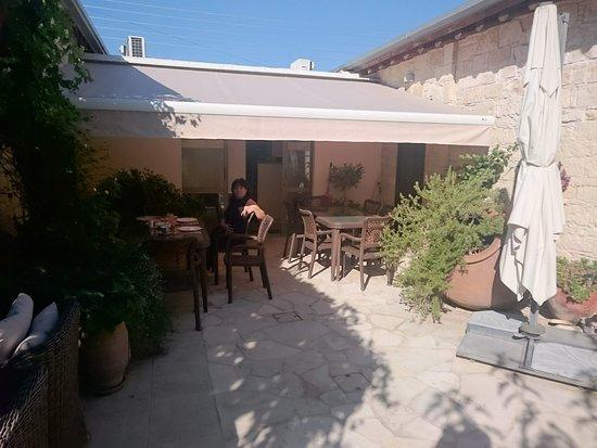Arsos, Kıbrıs: de binnenplaats nodigt uit voor relaxen