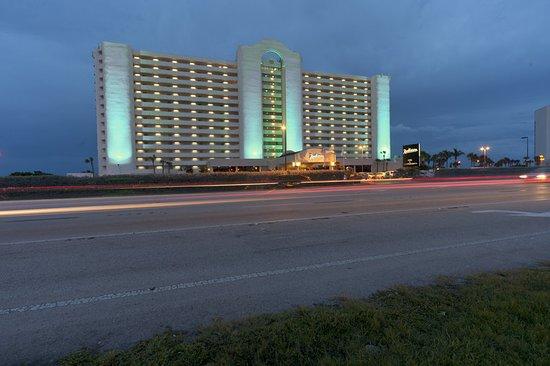 Radisson Suite Hotel Oceanfront: Exterior