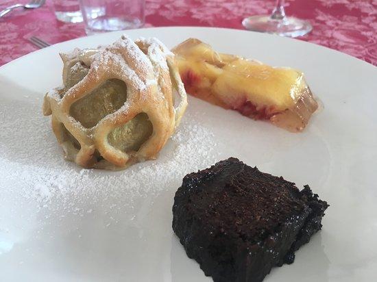 Castelletto Merli, Italien: Mela cotta in cestino, bonet, pesche in gelatina di moscato