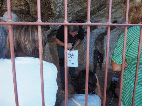 Colungo, Spain: El guía explicando las pinturas de arte esquemático.