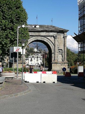 Porta Pretoria: arco di.......