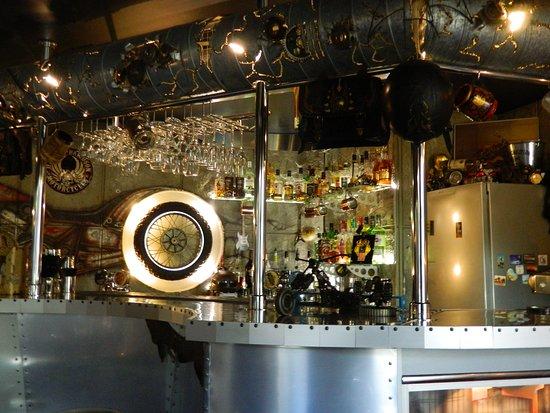 Bar Fabrika Blyuza: барная стойка