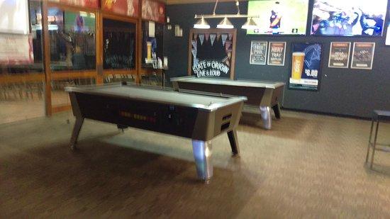 West Burleigh, Australia: Pool Tables