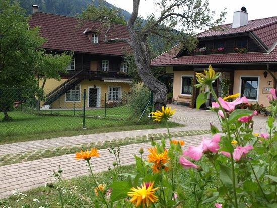 Feld am See, Austria: Bei Anreise, Blick auf Villa Heinrich und Privathaus
