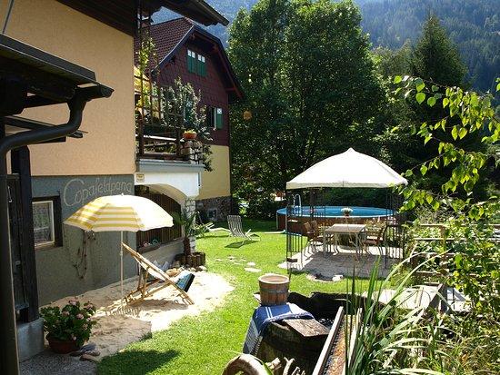 Feld am See, Austria: Gartenbereich mit Pool