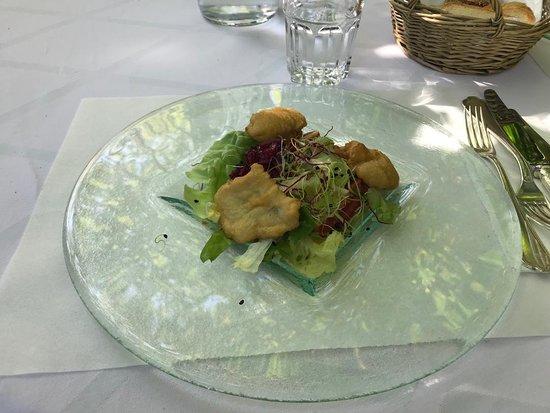 Thoerigen, Suiza: Egli-Knusperli mit Salat