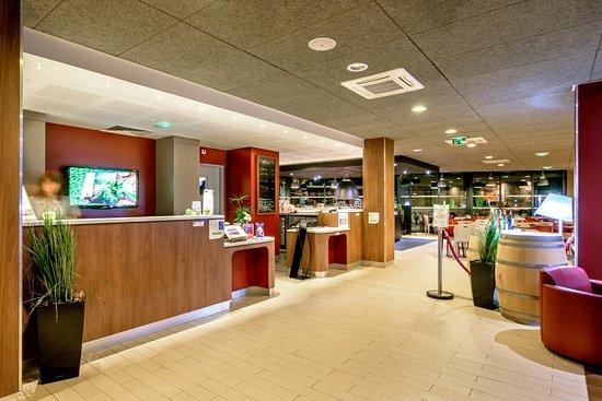 Campanile Toulouse Sud-Est - Cite de l'Espace : Réception et entrée restaurant