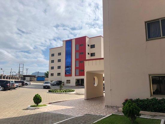 Koforidua, Gana: Exterior of hotel