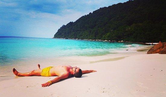 เกาะเปอร์เฮนเทียน: Las playa de PIR en Isla Perhentian Besar es uno de los mejores lugares de Asia para nadar con tortugas o simplemente para tirarse en la arena y disfrutar de la espectacular playa.