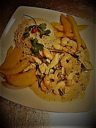 Bar Fandangos Frigiliana: Thai green chicken & prawn curry