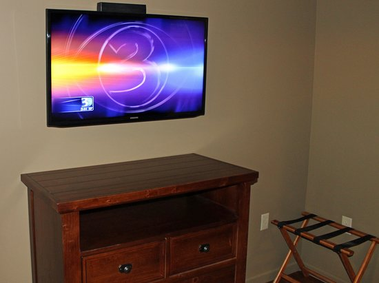 The Lodges at Brushy Mountain: Flat-screen TV with cable TV and Wi-Fi