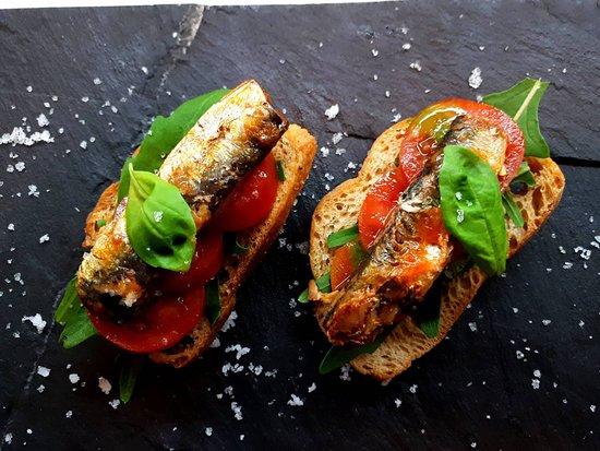Tapa de Sardinha em Tomate Picante