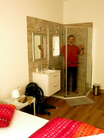 Trient, Schweiz: There's your shower room (note no toilet). Waste of $$!