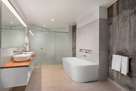 Invermay, ออสเตรเลีย: Premier Suite Bathroom - Peppers Silo Hotel