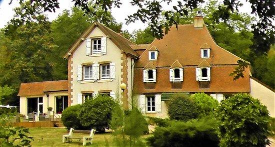 """Hotel le Tronçais: L'auberge - restaurant """"Le Tronçais"""" qui est aussi un bel hôtel au coeur de la forêt et de son p"""