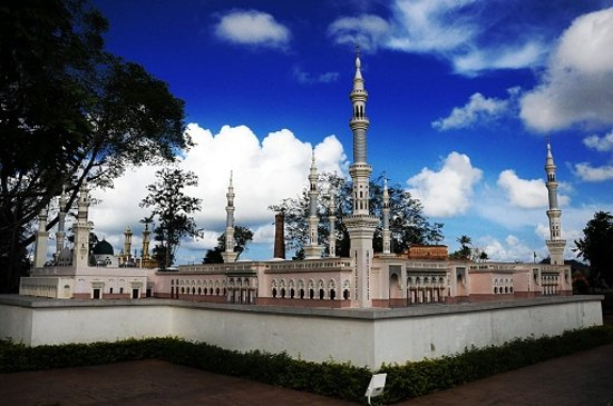 Kuala Terengganu, Malaysia: Replica of the sacred mosque in Madinah - Nabawi Mosque. The city where the Prophet (PBUH) resid