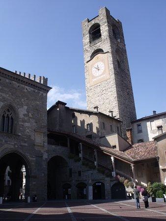 Piazza Vecchia: Dettaglio della piazza con il campanone in vista