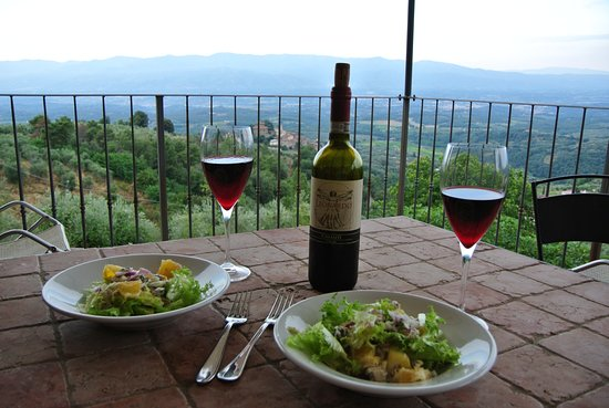 Montegonzi, Italia: Salad and a nice Chianti overlooking the valley.