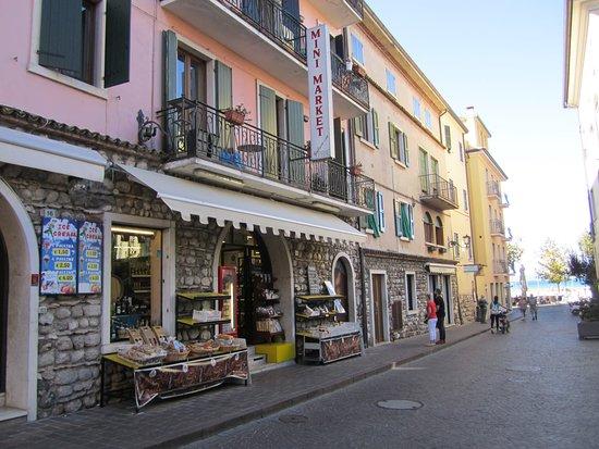 Hotel Miro: Small super market