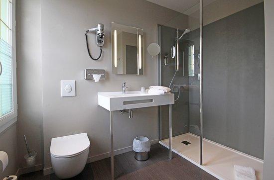 Fontenai-sur-Orne, Prancis: Salle de bain - Chambre Standard Hôtel-Restaurant Le Faisan Doré