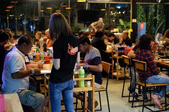Dan Khun Thot, Thailand: ร้านอาหารเหมาะสำหรับทุกเพศทุกวัย