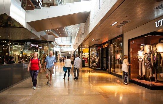 Interior del centro comercial l 39 illa diagonal en el piso - Centre comercial la illa ...