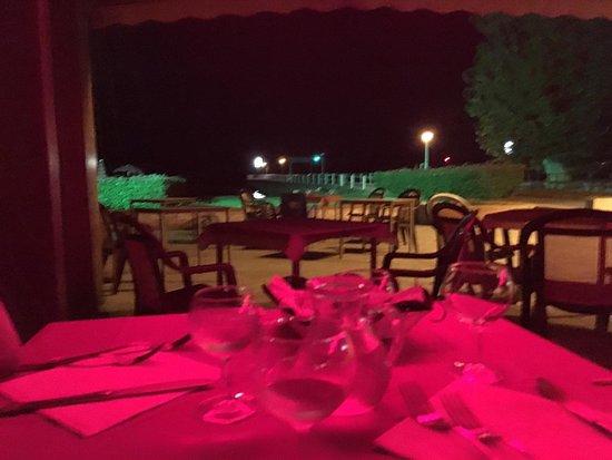 Torricella di Magione, Italia: Cenetta a luci di...neon rossi