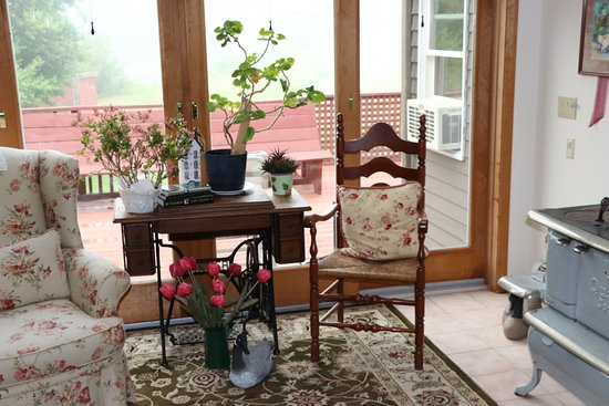 On Cranberry Pond Bed and Breakfast: Sittting area near breakfast room