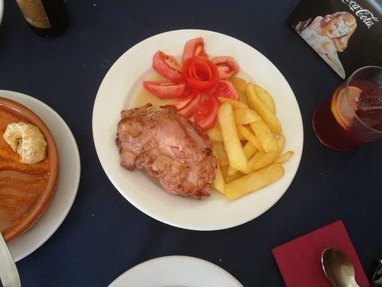 Aldea del Fresno, Spanien: Codillo con ensalada de tomate y ración de patatas fritas