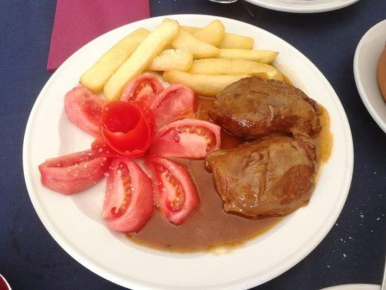 Aldea del Fresno, Spanien: Carrillada en salsa con ensalada de tomate y ración de patatas fritas