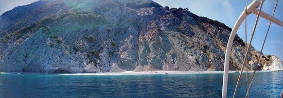 Lalaria Beach: Stranden och berget