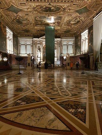Scuola Grande di San Rocco : Detalhe do piso e uma vista do salão