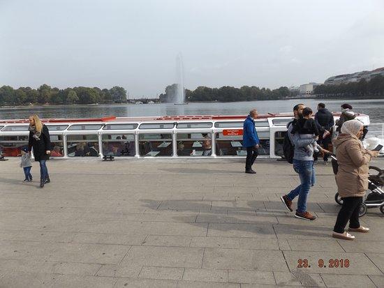 Aussenalster: Boot für die Alsterrundfahrt