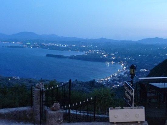 Spartilas, Greece: vista del golfo di Ipsos dalla terrazza del ristorante