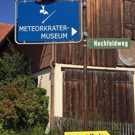 Steinheim am Albuch, Deutschland: Hinweisschild von der Hauptstraße aus
