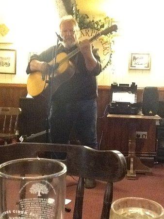 Miserden, UK: Folk music and cider!