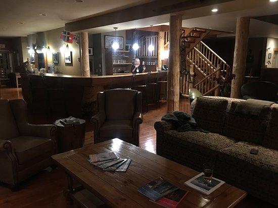 Vagabond Lodge: Bar/livingroom area