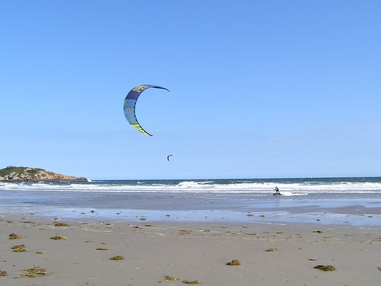 Atlantis Oceanfront Inn: Kitesurfing at Little Good Harbor Beach