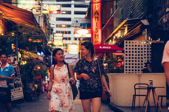 Bangkok Evening Market & Temple Visit: An Insider's Take by a Local Guide: Private Tour: Night Market and Temple Visit with a Local