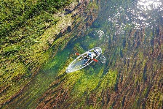 Transparente Kajaks am Fluss Gacka