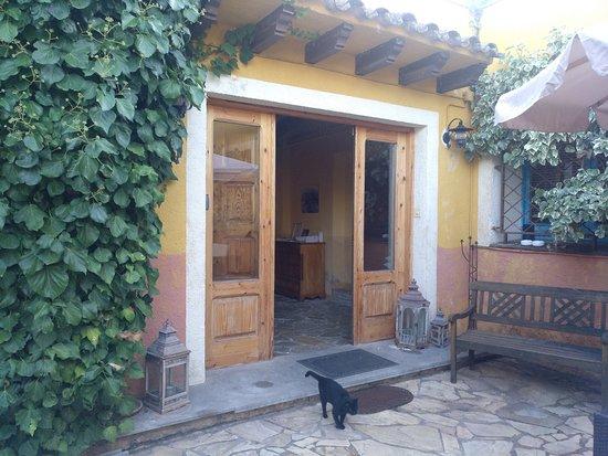 Torrelles de Foix, Spain: La entrada a la casa dónde hay la sala común y las habitaciones
