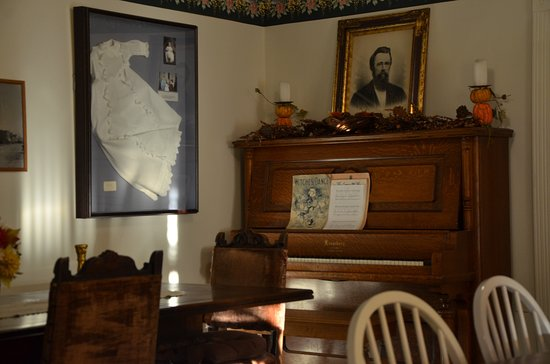 Step Back Inn: The breakfast parlor is part museum.